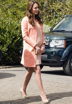 Kate Middleton Photos - Catherine, The Duchess Of Cambridge meets children and staff during a visit to Naomi House Children's Hospice on April 2013 near Winchester, Hampshire, England. - Kate Middleton Visits a Children's Hospice 7 Celebrity Maternity Style, Maternity Fashion, Celebrity Style, Pregnancy Fashion, Stylish Maternity, Kate Middleton Outfits, Kate Middleton Photos, The Duchess, Duchess Of Cambridge