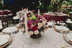 Arranjo de flores baixo em tons de off white e marsala.Sousplat de ratán. Foto: Master Vídeo e Produções