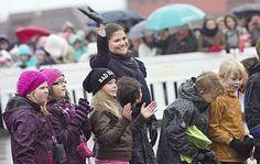 Ruotsin kruununprinsessa Victoria vihki nimeään kantavan Victoria-torin Tornion ja Haaparannan rajalla syyskuun lopussa. Ankara tuuli ja sade eivät hyydyttäneet prinsessan tuttua hymyä.  Kuva: Jarmo Kontiainen