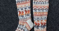 Näitä sukkia olisi ollut ihana kuvata luonnon helmassa, mutta kun katson ikkunasta ulos, siellä sataa tihuuttaa. Samaa on luvattu k... Helmet, Socks, Hockey Helmet, Helmets, Sock, Stockings, Ankle Socks, Hosiery