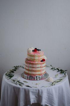 Coco e Baunilha: Naked cake de amêndoa com curd de amora e creme de mascarpone e rosa
