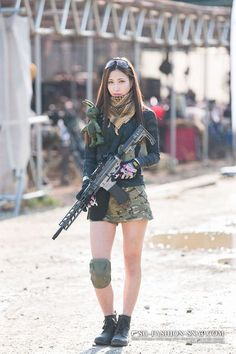 Amazing WTF Facts: Cute Asian Girls With Guns - Japanese Cosplay Armed Schoolgirls Cute Asian Girls, Cute Girls, Gunslinger Girl, Poses References, Tough Girl, Warrior Girl, Female Soldier, Military Women, Badass Women