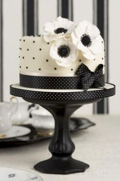 Black and white cake design. Gorgeous Cakes, Pretty Cakes, Cute Cakes, Amazing Cakes, Black White Cakes, Black And White Wedding Cake, Black And White Cupcakes, Decors Pate A Sucre, Polka Dot Cakes