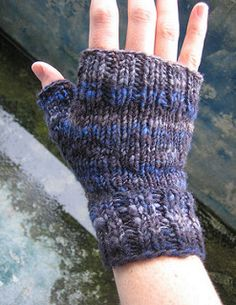 Simple fingerless gloves / mittens to show off a beautiful yarn. Mine are knit…