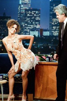 At 52 years old, Halle Berry doesn't look a day over Here are 49 photos that prove her amazing body and beautiful skin have not aged through the years. Halle Berry Age, Pictures Of Halle Berry, Ginger Zee, Dorothy Dandridge, Entertainer Of The Year, Mtv Movie Awards, Spice Girls, African American Women, Britney Spears