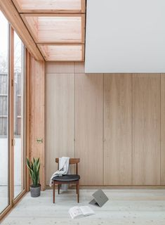 Larch House is a minimal residence located in London, United Kingdom, designed by Nicholas Szczepanik Architects. The architects were approached by a couple to transform a tired and dated Victorian. Interior Design Hd, Apartment Interior Design, Interior Architecture, Interior And Exterior, Parisian Apartment, Apartment Layout, Apartment Living, Interior Styling, Minimalist Apartment