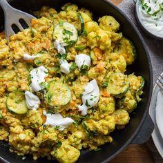 Diese Curry-Linsen-Pfanne mit cremigem Joghurt macht satt, ist Low Carb und schmeckt auch noch am nächsten Tag. Und das Beste: In 25 Minuten fertig.