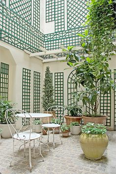 Le Relais du Louvre courtyard in Paris. When the weather is nice, guests can have their breakfast in this lovely patio! Find out more about this lovely classic Parisian boutique hotel on http://relais-du-louvre-paris.com/