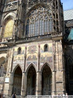 Preciosa entrada a la catedral de Praga Una de las entradas laterales a la catedral del castillo preciosamente decorada