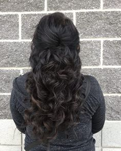 27 Easy DIY Date Night Hairstyles The man of your dreams finally asked you on a date, and now you're not only freaking out about your outfit, but your hair as. Night Out Hairstyles, Date Hairstyles, Hairstyle Ideas, Holiday Hairstyles, Date Night Hair, Date Night Makeup, Long Curly Hair, Curly Hair Styles, Going Out Outfits