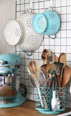 Quick Kitchen Organizing Ideas home diy Retro Home Decor, Diy Home Decor, Teal Kitchen, Tiffany Blue Kitchen, Beach Kitchen Decor, Turquoise Kitchen Decor, Colorful Kitchen Decor, Kitchen Walls, Kitchen Counters