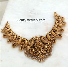 Peacock Nakshi Necklace with Lakshmi Pendant photo Gold Temple Jewellery, Gold Jewellery Design, Gold Jewelry, Antique Jewelry, Antic Jewellery, Kerala Jewellery, Antique Necklace, Gold Earrings Designs, Necklace Designs