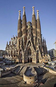 Yo quiero ir a Barcelona, un ciudad en España. Barcelona tiene muy bonito arquitectura como la Sagrada Família. ¡La iglesia de 558 pulgadas de alto!