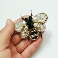 Vintage Jewelry Crafts, Bee Jewelry, Jewelry Kits, Handmade Beaded Jewelry, Brooches Handmade, Bead Jewellery, Bead Earrings, Bead Embroidery Tutorial, Bead Embroidery Patterns