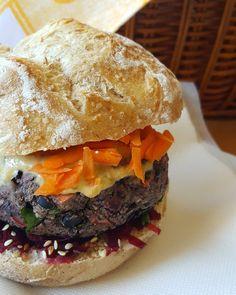 A minha receita de hambúrguer de feijão preto já está publicada no blogue! Espero que gostem  (link na bio)