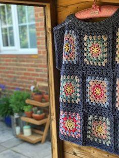 Crochet Tunic Pattern, Crochet Jumper, Crochet Wool, Granny Square Crochet Pattern, Crochet Flower Patterns, Crochet Granny, Crochet Crafts, Crochet Projects, Free Crochet