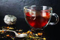Ob mit Früchten, Kräutern oder einfach schwarz: Die Rede ist von #Tee. Kein #Getränk ist so vielseitig einsetzbar. Welche #Teesorte bevorzugt ihr? Lupe, Kraut, Alcoholic Drinks, Glass, Food, Types Of Tea, Simple, Black, Drinkware