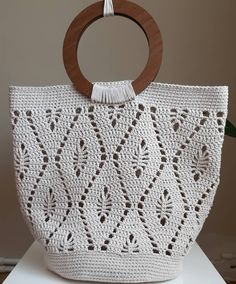 If you want something very personal, look at this beautiful crochet bag! Bag Crochet, Mode Crochet, Crochet Market Bag, Crochet Cable, Crochet Handbags, Crochet Purses, Crochet Motif, Crochet Crafts, Crochet Clothes