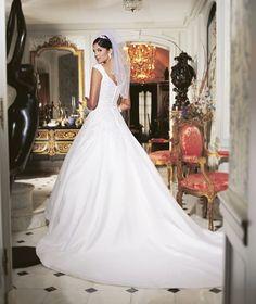 8月#ドレスランキング ♛ 【No,1】 * 美しくいたい女性のための#Aラインドレス * * どこまでも繊細な刺しゅうで、最高の装いに相応しく、インポートアクセサリーとの相性もとてもいい一着 * オトナ婚の花嫁さまにも人気のあるデザインです♡ * * #deardress #wedding #weddingdress #NeoClassic #東京#自由が丘 #ウエディングドレス #ウエディングドレスレンタル #ウエディング #ブライダル #ドレスレンタル #ドレス試着 #ドレスフィッティング #ドレスショップ #結婚式 #結婚式準備 #プレ花嫁 #花嫁 #Aライン #ロングトレーン #ビスチェ #ドレス迷子 #ドレスレポ