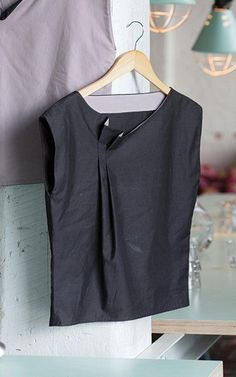 I have sooo many tops with gaping necklines. I wonder if this could be my solution? I have sooo ma Fashion Details, Look Fashion, Diy Fashion, Make Your Own Clothes, Diy Clothes, Sewing Blouses, Diy Vetement, Mode Top, Couture Tops