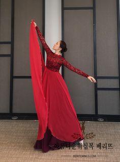 (이 의상은 겉치마와 속치마로 분리되어 있는 형식이므로 속치마는 다른 긴소매 의상등과 활용이 가능합니다) Emo Dresses, Party Dresses, Fashion Dresses, Praise Dance Dresses, Garment Of Praise, Dance Uniforms, Worship Dance, Rocker Outfit, Beautiful Costumes