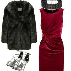 Ho immaginato questo look per una serata elegante ed ho abbinato una pelliccia ecologica, un abito rosso scuro, una collana elegante e dei sandali altissimi.