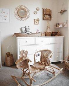 Voici quelquestendances pour une décoration de chambre bébé dans un style Vintage :Les vieux meubles reviennent en force! Donner une seconde vie aux meubles est une belle façon de lutter contre la surconsommation!On opte pour des lits et berceaux en rotin,repeindre des vieilles commodes,...A retrouver chez mamie ou sur les brocantes,...