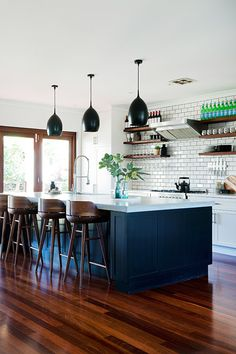 Style ideas from 3 beautiful rooms Jackson, Exposed Brick, Kitchen Chairs, Kitchen Living, Open Plan, Home Kitchens, Designer, Beach House, Tiles