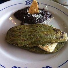 Nopal y queso panela asados Real Mexican Food, Mexican Cooking, Mexican Food Recipes, Vegan Recipes, Cooking Recipes, Vegan Food, Cacique Cheese, Nopales Recipe, Pesco Vegetarian