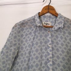 "HOLDING HORSES anthropologie Lightweight cotton There is a minimal amount of all over wash wear. top will require pressing upon arrival after being folded for shipping. Otherwise, excellent condition! 39"" bust x 25.5"" length Anthropologie Tops Button Down Shirts"