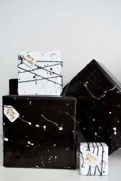 Make this stylish, monochromatic splatter wrapping in minutes! A modern take on Christmas wrapping paper! Creative Gift Packaging, Creative Gift Wrapping, Wrapping Ideas, Creative Gifts, Wrapping Papers, Wedding Gift Wrapping, Christmas Gift Wrapping, Black Wrapping Paper, Charm Pack Quilts