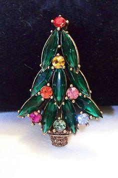 SPARKLING VINTAGE RHINESTONE LAYERED CHRISTMAS TREE GOLD TONE BROOCH PIN