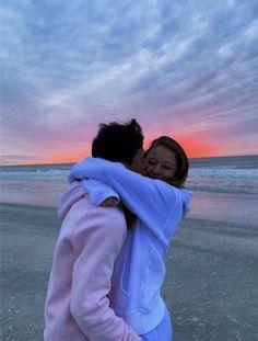 Cute relationship goals ve couple goals. Cute Couples Photos, Cute Couples Goals, Cute Photos, Cute Couple Pics, Funny Couple Pictures, Romantic Couples, Vintage Couple Pictures, Summer Love Couples, Cute Couples Hugging