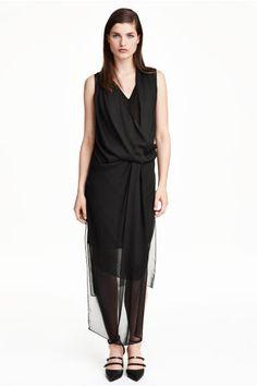 Drapowana sukienka z szyfonu: Prosta sukienka bez rękawów z kreszowanego szyfonu. Dwuwarstwowa, kopertowa góra z drapowaniem. Rozcięcia po bokach i nieco dłuższy przód. Dżersejowa podszewka z dekoltem w serek.