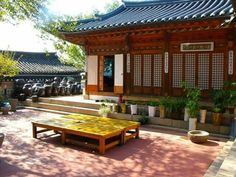 Pyeongsang on the Madang of Hanok  한옥 마당의 평상