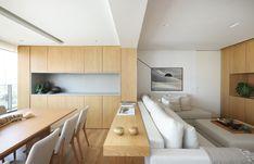 Diversas soluções de marcenaria camuflaram algumas estruturas e deixaram a decoração mais sóbria e elegante