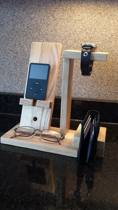 - Apple Iphone Stand - Ideas of Apple Iphone Stand - Cell phone stand/charging station. Wolves Of Wall Street, Wood Projects, Woodworking Projects, Woodworking Classes, Youtube Woodworking, Woodworking Videos, Woodworking Bench, Diy Phone Stand, Wood Transfer