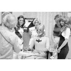 """Women want Batman 1976 Chicago, Union Station. La quotidianità di Batman. Il supereroe acquista, come qualunque altro passeggero, un biglietto della metropolitana ma inevitabile segue l'assedio di ammiratrici ed ammiratori. La serie di quattro scatti di  """"WOMEN WANT BATMAN"""" decontestualizza la banale promozione di una lotteria locale, sovrapponendovi un divertente livello di realtà."""