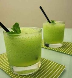 Traguitos, smoothies, etc Non Alcoholic Drinks, Cocktail Drinks, Fun Drinks, Smoothie Drinks, Smoothies, Mojito Recipe, Thermomix Desserts, In Vino Veritas, Vegetable Drinks