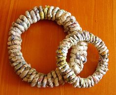 Kranssipohja sanomalehdestä. Nerokasta. Diy And Crafts, Paper Crafts, Old Books, Paper Decorations, Holidays And Events, So Little Time, Burlap Wreath, Christmas Diy, Origami