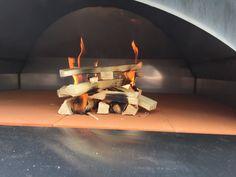 Anfangs etwas zögerlich beginnt das Feuer im Ofen zu brennen