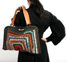"""New Cheap Bags. The location where building and construction meets style, beaded crochet is the act of using beads to decorate crocheted products. """"Crochet"""" is derived fro Crochet Diy, Bead Crochet, Crochet Handbags, Crochet Purses, Crochet Bags, Ethno Style, Crochet Shell Stitch, Finger Knitting, Purse Patterns"""