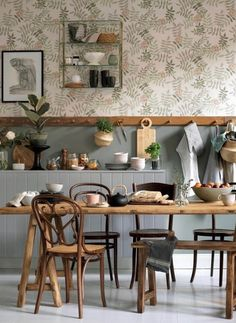 I like the idea of the peg railing underneath my upper kitchen cabinets