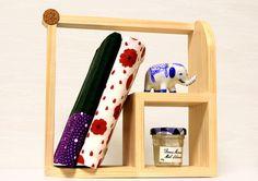 【作品の特徴】 無垢の木目を活かしたシンプルな飾り棚です。 小物や文庫本・CDなどを立てておく事ができます。 2方向に角度を変えて置くことができます。 角の円...|ハンドメイド、手作り、手仕事品の通販・販売・購入ならCreema。