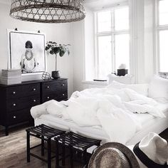 Amongst different styles of bed room decoration, modern designs have drawn huge attention. They commonly come with sleek, simple, yet clean impression. Wood Bedroom, Bedroom Inspo, Master Bedroom, Bedroom Decor, White Bedroom, Deco Boheme Chic, Sweet Home, Suites, Minimalist Bedroom