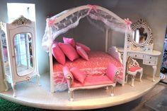 lazy susan in doll house doll house furniture. no tutorial, just the pic, but I love these. Miniature Dollhouse Furniture, Miniature Dolls, Dollhouse Miniatures, Princess Doll House, Barbie Doll House, Monster High House, Barbie Bedroom, Diy Barbie Furniture, Barbie World