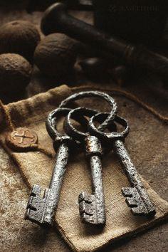 В сказках и легендах три ключа обычно символизируют всевозможные тайники, полные драгоценностей. Ключи здесь представляют знание, заключенное в инициации. Book Aesthetic, Character Aesthetic, Aesthetic Vintage, Aesthetic Eyes, Yennefer Of Vengerberg, Vintage Keys, Antique Keys, Antique Books, Old Keys