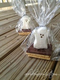 Spooky Smores Favors - A Bride On A Budget - Highlighted at the Home Matters Party 109 halloween parties Halloween Tags, Halloween Office, Halloween Party Favors, Halloween Treat Bags, Halloween Birthday, Couple Halloween, Baby Halloween, Holidays Halloween, Halloween Crafts