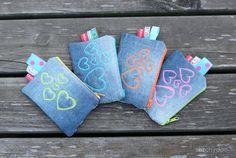 Ausgetobt - Kunterbunte Kramtaschen - die Rückseite aus Jeans mit neon Herzstickerei - Malen mit der Nähmaschine | colorful zipper pouches - the back made from jeans with neon free motion heart stitches