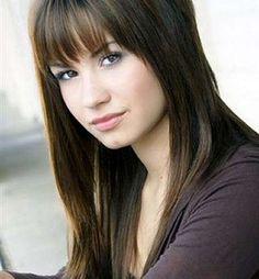 Taglio capelli scalati lunghi con frangia per Demi Lovato.